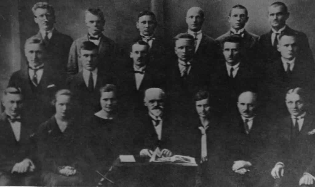 Pirmosios laidos agronomai ir miškininkai (1926 m.). Iš kairės sėdi:  R.Ugintas (mišk.), V.Sirutytė (agr.), S.Juozelėnaitė (agr.), Rektorius prof. P. Matulionis, E.Gimbutienė (agr.), D.Aleksandravičius (agr.), J.Gražulis (mišk.); antroje eilėje iš kairės: J.Rauktys (mišk.), J.Vilčinskas (mišk.), Z.Mackevičius (agr.), J.Petraitis (agr.), J.Vitaras (mišk.); trečioje eilėje iš kairės: B.Kemėšis (mišk.), V.Pečkaitis (mišk.), P.Mikšionis (agr.), N.Niauronis (agr.), E.Počvaitis (agr.), V.Endziulaitis (mišk.)