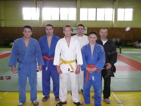 ASU dziudistai su treneriu R. Griciumi.