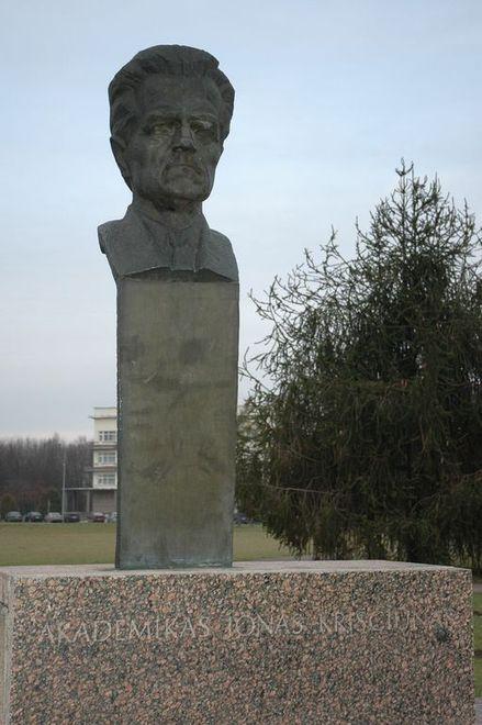 Akademiko Jono KRIŠČIŪNO biustas (atidengtas 1984 m. spalio 19 d., skulptorius Bronius Vyšniauskas)