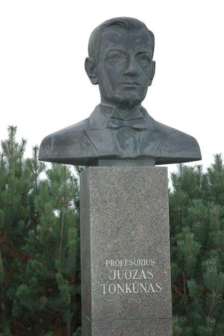 Prof. Juozo TONKŪNO biustas (atidengtas 1999 m. spalio 15 d.,skulptorius Marijus Petrauskas)