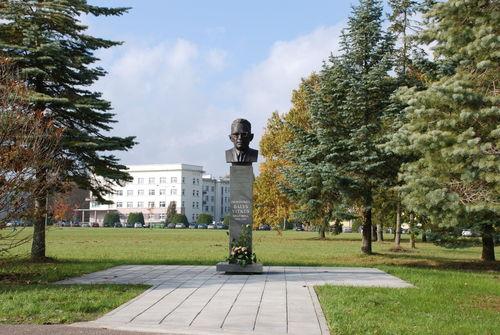 Prof. Balio VITKAUS biustas (atidengtas 2009 m. spalio 16 d., skulptorius Marijus Petrauskas)