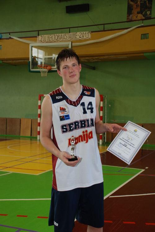"""Naudingiausias """"Moksleivių"""" komandos žaidėjas - Paulius Vaitiekūnas."""