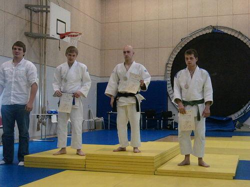 Ant nugalėtojų pakilos: III vieta - TOMAS BARADINSKAS (pirmas iš dešinės) ir I vieta - JUSTAS ČETVERGAS (antras iš dešinės)