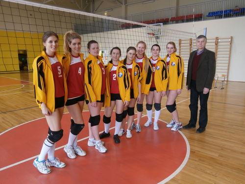 LSMU tinklininkės su treneriu Eligijum Vyskupaičiu - III vieta