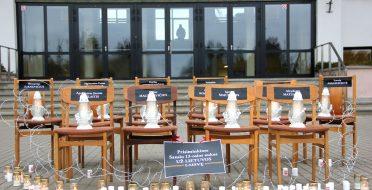Laisvės gynėjų dienos išvakarėse – 14 tuščių kėdžių, apjuostų spygliuota viela