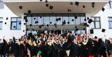 Diplomų įteikimo šventė: tradicinė ir kaskart nauja (papildyta nuotraukomis)