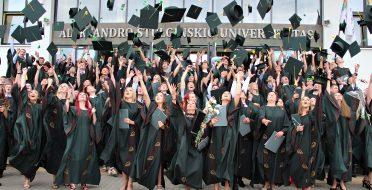 Diplomų įteikimo šventė be streso dėl įsidarbinimo